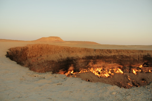 Krater gazowy na pustyni Kara Kum